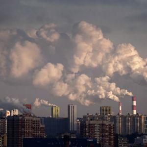 Kaasuvoimalat syöksivät savua taivaalle Moskovassa marraskuussa 2019.