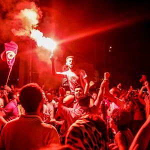 Presidentti Kais Saiedin kannattajia Tunisin kaduilla.