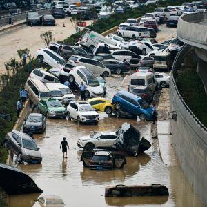 Runsaista sateista aiheutunut tulva katkaisi moottoritiellä liikenteen