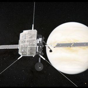 Luotain aurinkopaneelisiivet levällään tähtien täplittämässä avaruudessa, takana kellertävä Venus-planeetta.