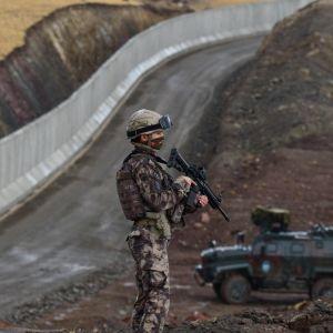 Turkkilainen sotilas Iranin vastaisella rajalla.