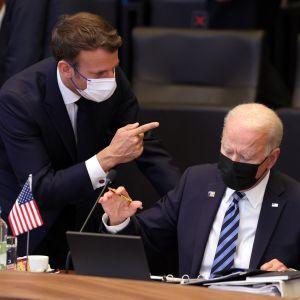Ranskan presidentti Emmanuel Macron osoittaa Yhdysvaltojen presidenttiä Joe Bideniä sormella.