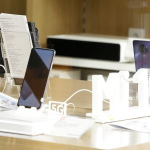 Xiaomin 5G-puhelimia esillä belgradilaisessa kauppakeskuksessa