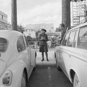 Pysäköinninvalvoja Heikintorin kauppakeskuksen parkkipaikalla vuonna 1971.