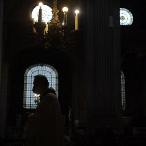 Pimeä kirkkosali.