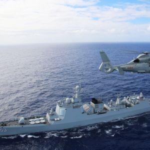 Kiinan laivaston helikopteri lentää ohjushävittäjä Xianin yllä harjoituksessa heinäkuussa 2016.