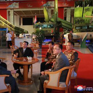 Pohjois-Korean johtaja puhuu upseeriensa kanssa.