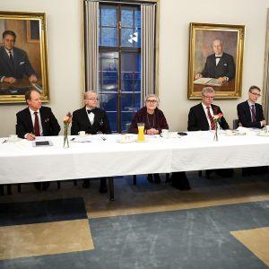 Puhemies Anu Vehviläisen pyöreän pöydän keskustelussa oikeusoppineiden ja eduskuntaryhmien puheenjohtajien kanssa eduskunnassa.