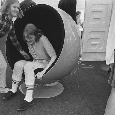 lahden messut 1.1.1960. Tytöt kokeilevat pallotuolia.