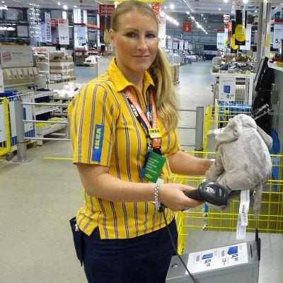 Palvelupäällikkö esittelee Ikean pikakassaa