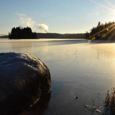 Jäätynyt Katumajärvi auringonpaisteessa