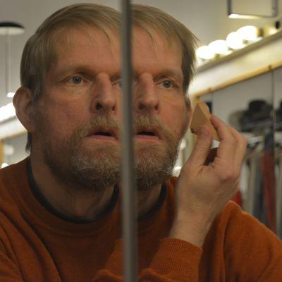 Tuomas Koskinen valmistautumassa La Bohèmen Benoitin roolinsa.