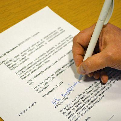 Testamenttilomakkeen allekirjoitus