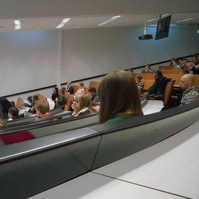 Opiskelija valitsee usein lähikorkeakoulun opinahjokseen. Kuvassa Tampereen yliopiston opiskelijoita.