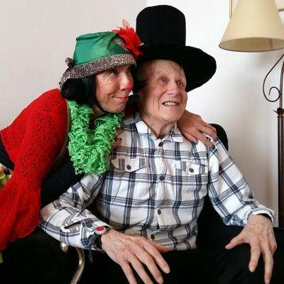 Senioriklovni halaa ikäihmistä