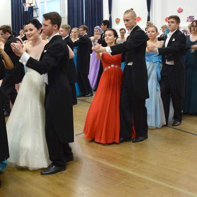 Vanhojen tanssit liikuntasalissa
