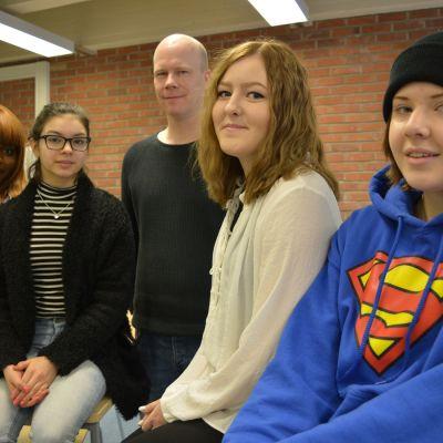 Ysiluokkalaiset Divine Sentana, Hilda Lintula, Emilia Ikonen ja Tarja Chkiperova. Takana seisoo OPO Hans Kankkonen.