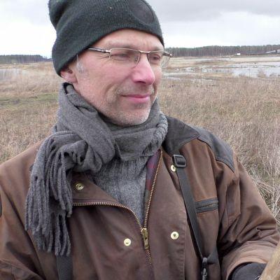 Kanta-Hämeen lintutieteellisen yhdistyksen puheenjohtaja Juhani Kairamo esittelee puista keppiä.