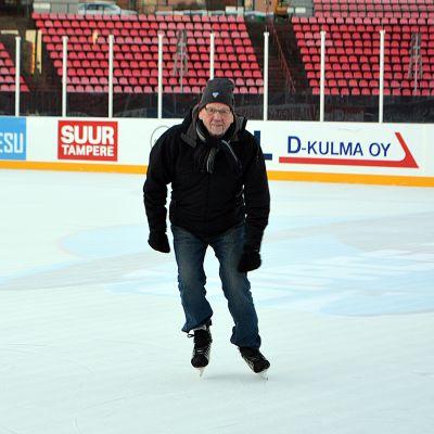 Pertti Kontto luistelee Ratinan stadionille rakennetussa jääkiekkokaukalossa