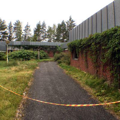 Kaislarannan vanha leirikeskus, jossa paikkoja rikottu.
