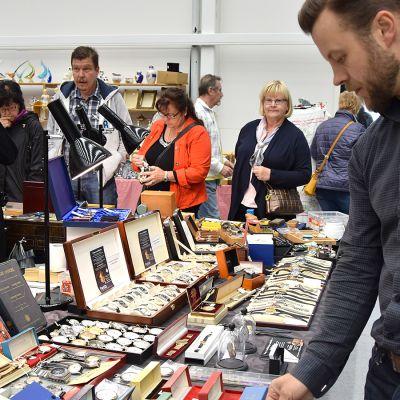Ihmiset katsovat vanhoja rannekelloja antiikkimessuilla