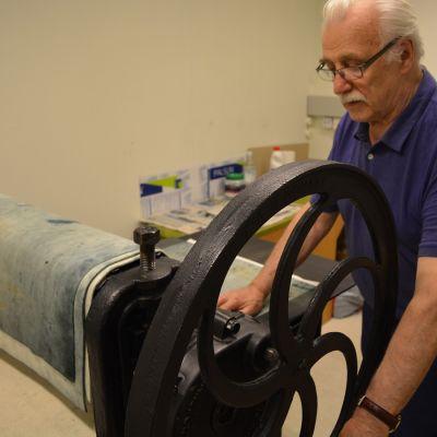 Taidegraafikon yksi tärkeimmistä ja arvokkaimmista työvälineistä on grafiikanprässi, jonka voimakkaassa puristuksessa kuva siirtyy laatalta vedospaperille.