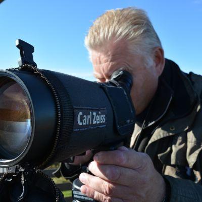 Kunnollinen kaukoputki on vielä kiikariakin tarkempi väline lintujen havainnointiin. Isojen parvien laskennassa käytetään välillä apuna myös videokameraa.