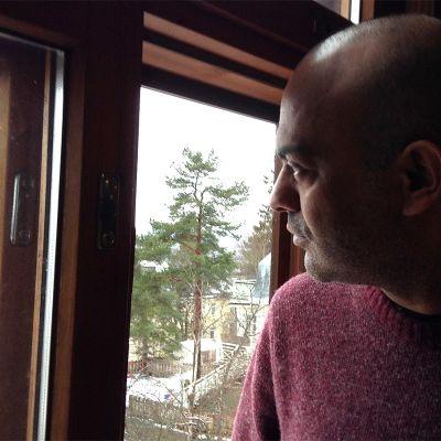 Mies katsoo ikkunasta ulos Pispalassa