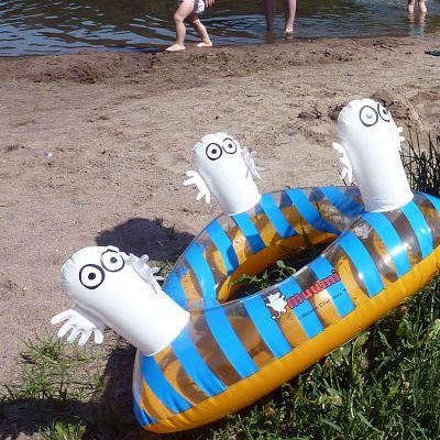 Muumi-uimarengas rannalla.