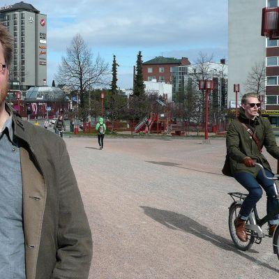 Pyöräilyä tutkinut Kalle Vaismaa pyöräilijä taustallaan