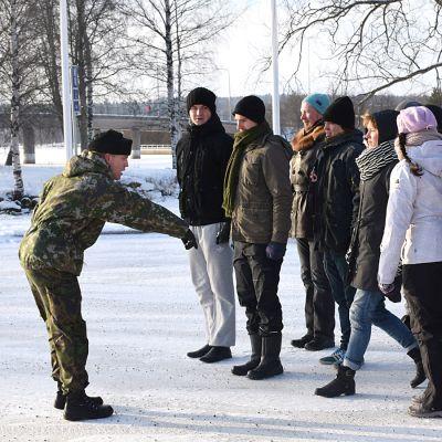 Luutnantti Kristian Perttunen näyttää mihin rivi tehdään