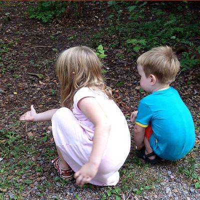 Lapset tervehtivät oravaa