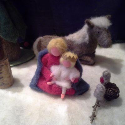 Marjatta pitää sylissään Karjalan kuningasta kalevalaisessa seimiasetelmassa.