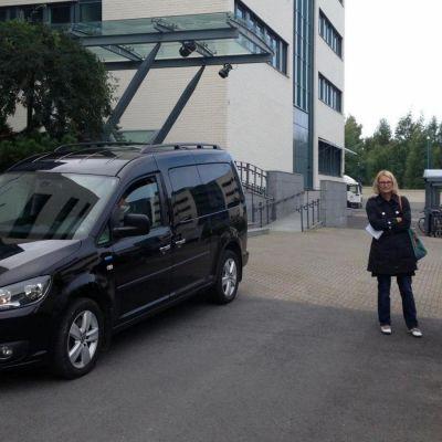 Musta auto Nokian Peltolan toimipisteen edustalla
