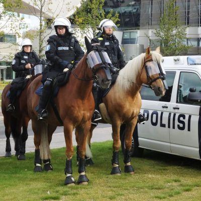 Ratsupoliiseja Kansalaistorilla.