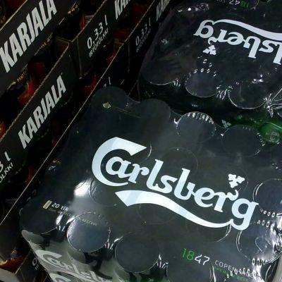 Oluttölkkejä pakkauksissa