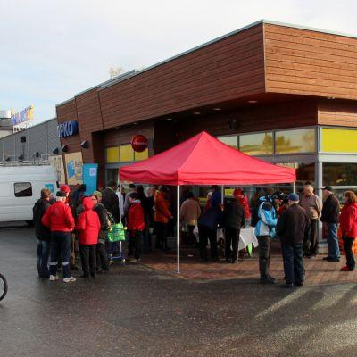 Polvijärvellä kuntavaalikiertueemme väki teki suoraa lähetystä S-marketin edustalta
