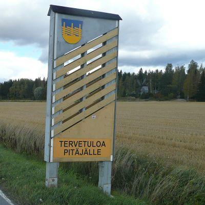 Tervetuloa pitäjälle -kyltti Punkalaitumella tien laidassa