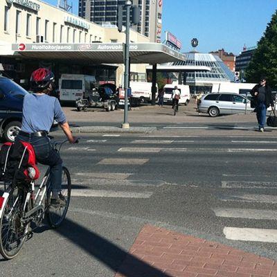 Polkupyöräilijä ylttää suojatietä