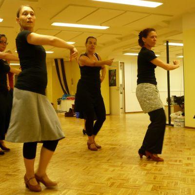 Naiset tanssivat flamencoa
