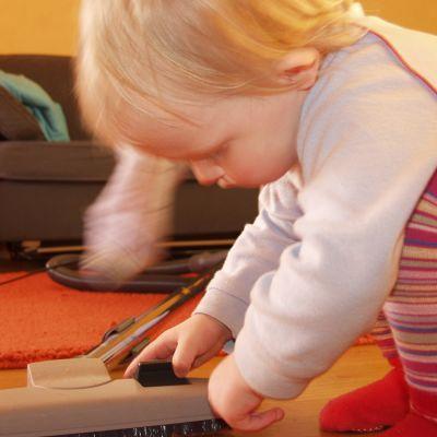 Lapsi tutkii pölynimuria