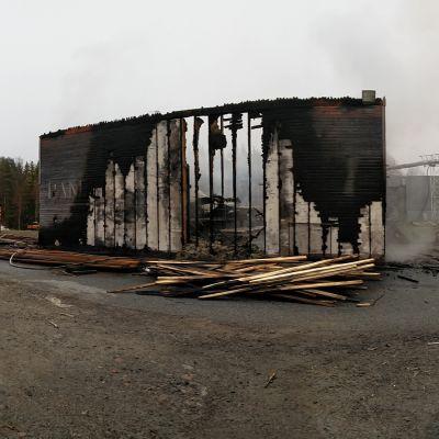 Tulipalossa tuhoutunut höyläämörakennus