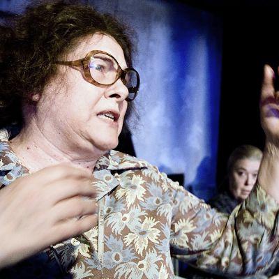 Tuire Salenius näytelmässä Yksiöön en äitee ota.