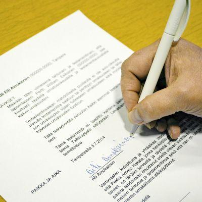 Testamentin allekirjoitus.