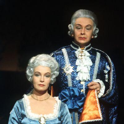 Asta Backman ja Lasse Pöysti kuningasparina tv-näytelmässä Kustaa III.