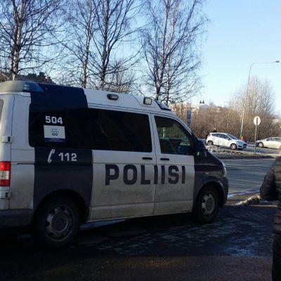 Poliisi Rovaniemen keskuskentällä.