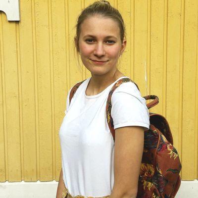 Emmy Wikström har fyndat en blommig ryggsäck på loppis.