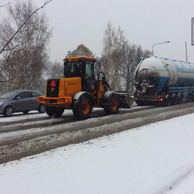 Säiliöauto jumissa ylämäessä lumisateessa