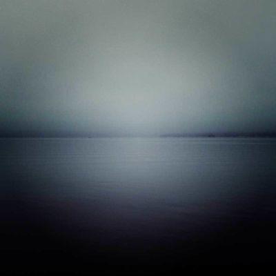 Harmaa merimaisema, valokuva
