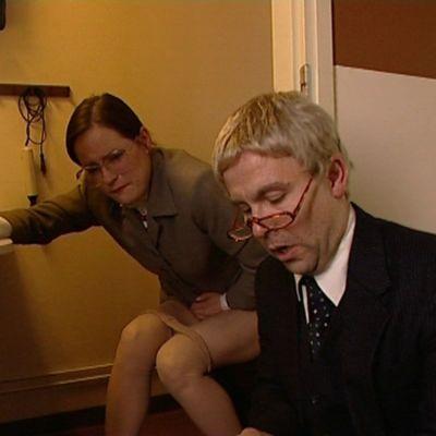 Verotarkastaja Frank haastattelee.